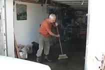 Další čištění čekalo v pondělí na majitele garáží podél Dobrovodského potoka v Českých Budějovicích.