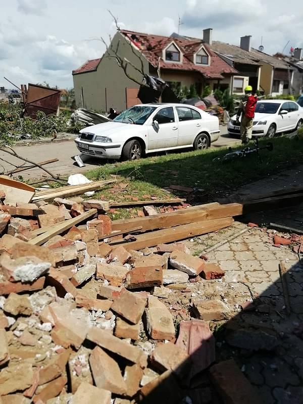 Fotografie přímo ze zasaženého městysu Moravská Nová Ves, kde ve čtvrtek 24. června řádilo tornádo.