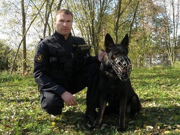 Jiří Frank s ovčákem Witem, který patří mezi nejlepší psy budějovické policie.