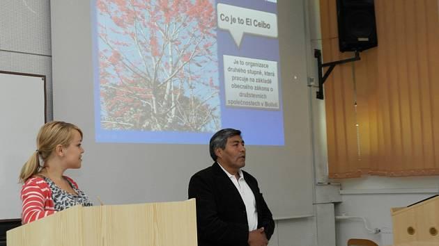 Francisco Reynaga z Bolívie přiblížil zájemcům na Jihočeské univerzitě zásady Fair Trade i pěstování kakaa.