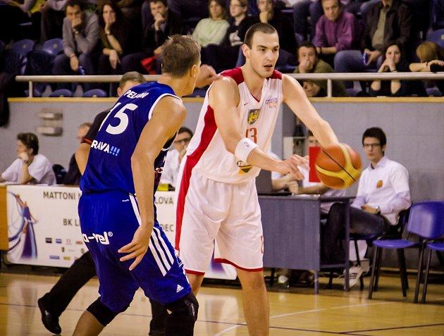 LIONS. Basketbalista Jindřichova Hradce Tomáš Vošlajer (vpravo) si brání míč před soupeřem z Ostravy.