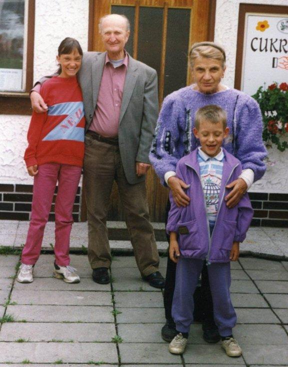 Ladislav Havel, jihočeská legenda, která naučila hrát na housle stovky žáků včetně Pavla Šporcla, slavil 22. května 2015 své 90. narozeniny. Na snímku s manželkou Marií a vnoučaty, rok 1996.