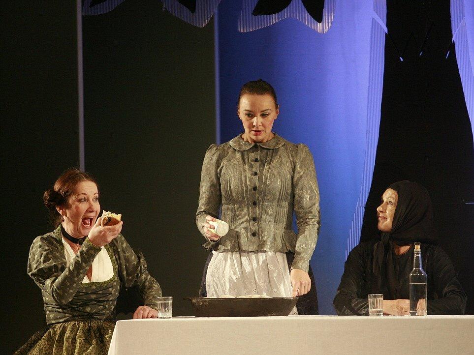 Herečka Lenka Krčková jako Františka v horské baladě Advent, díky níž se dostala do širších nominací na Cenu Thálie. Jihočeské divadlo, 2013.