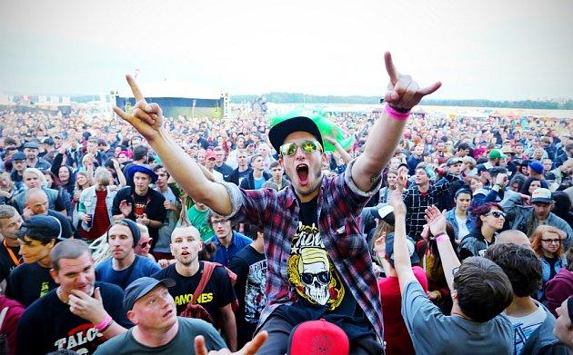 Festival Mighty Sounds, na který letos přijelo 15000lidí, bojuje osvou existenci vTáboře. Za loňský ročník dostali pořadatelé pokutu 420000korun kvůli příliš velkému hluku a čeká je další postih. Snímek zletošního ročníku.