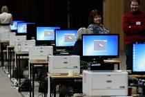 Sčítání hlasů v českobudějovické sportovní hale.