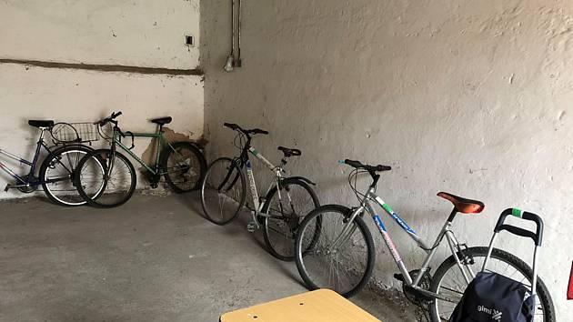 V pondělí se v českobudějovických Žižkových kasárnách prodávala kola ze ztrát a nálezů.