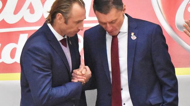 Václav Prospal (vlevo) a Aleš Totter si vzájemně gratulují k vítězství.