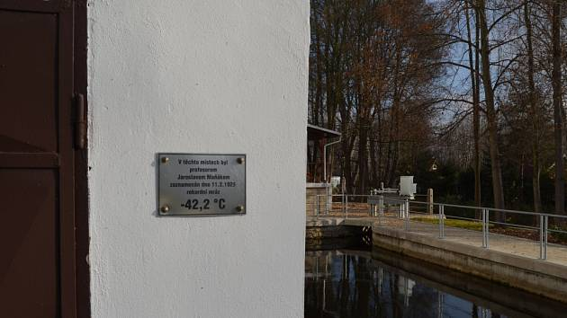 """Rekordně nízkou teplotu naměřenou 11. 2. 1929 připomíná pamětní tabulka na Stecherově mlýně nedaleko Litvínovic. Teplota klesla na hodnotu -42,2 °C, jenže ta se nevešla """"do tabulek""""."""