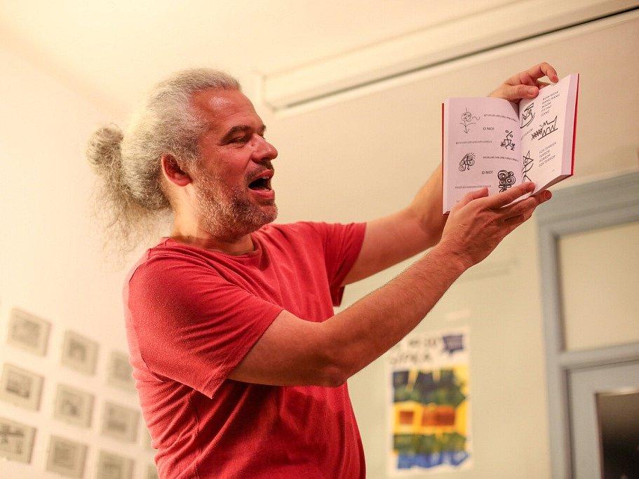 Táborský knižní festival Tabook rozžil o víkendu kotnovskou sýpku i další prostory ve městě. Na snímku Petr Váša.