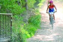 Petra Krejčová z Českých Budějovic dosahovala v uplynulé sezoně výborné výsledky, i proto si jeden z atraktivních terénních triatlonů nechala umělecky zarámovat