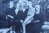 Na snímku je Jan Marek s manželkou s dcerou Boženou (zleva), manželkou Kateřinou a dcerami Annou a Marií.