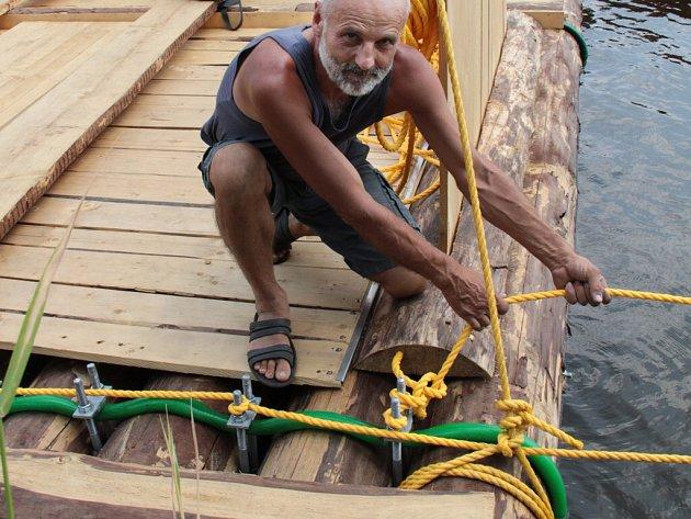 Dvanáctimetrový vor pro plavbu přes Atlantický oceán postavil s kamarády Josef Boháč,nyní kotví ve Frymburku.