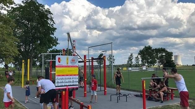 Workoutové hřiště je volně přístupné pro všechny bez ohledu na denní dobu.