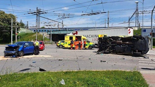 Nehoda osobního auta a sanitky vČeských Budějovicích.