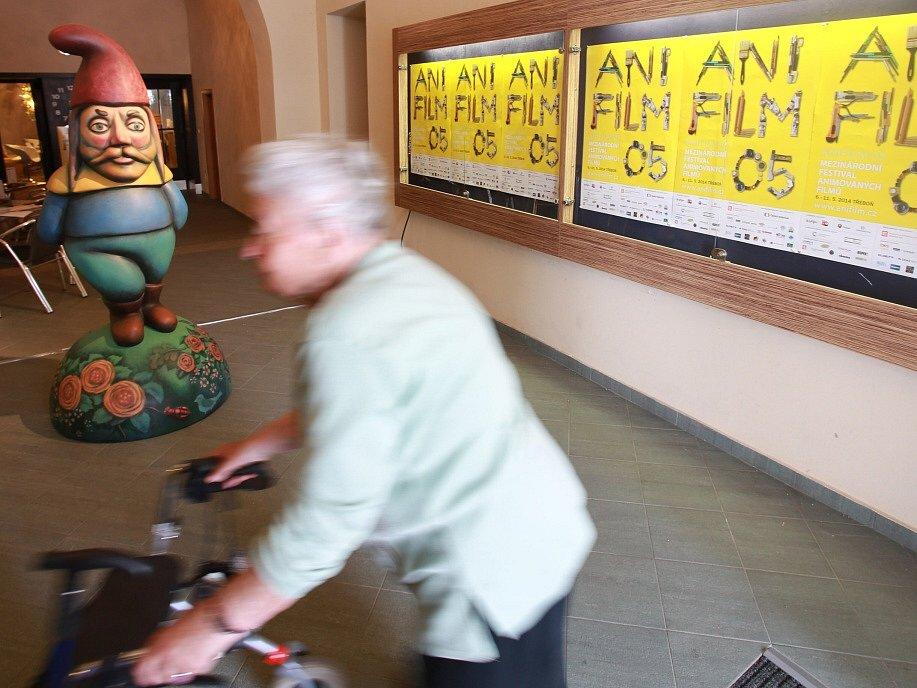 Anifilm 2014 v Třeboni. V předsálí kina stojí trpaslík jako lákadlo na výstavu Trnkova Zahrada 2.