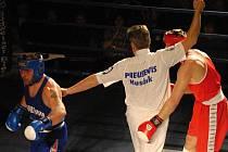Jiří Bursa v tuto chvíli zasáhl Černíka tak tvrdě, že ringový rozhodčí boj ukončil. V těžké váze Bursa vyrovnal na 8:8, proté Batěk rozhodl o výhře boxerů Samsonu nad Mostem a Děčínem 10:8.