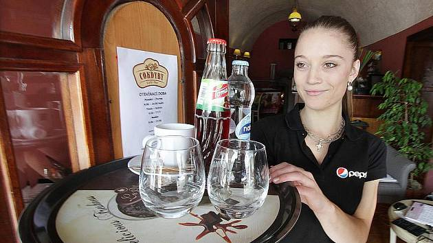 Oblíbeným místem letních brigád jsou pro studenty restaurace. Například U Černého koníčka v Žižkově ulici přijmou letos na prázdniny asi čtyři lidi. Podmínkou je však praxe. Na snímku je Eva Sladkovská, která si přivydělává v kavárně COKDYBY na náměstí.