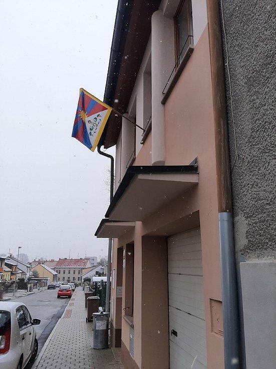 """Štěpán Kavan jako první v Budějovicích vyvěsil před dvaceti lety na svém domě tibetskou vlajku. """"S Tibeťany nás pojí zkušenost s okupací. Chci vyjádřit nesouhlas s porušováním lidských práv,"""" říká k solidárnímu gestu na fasádě 47letý hasič a vysokoškolský"""