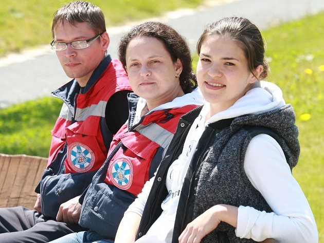 Lékaři z jekatěrinburgské nemocnice Pavel Gurov a Ekaterina Besedina přiletěli pro pacientku Taťjanu, která čtyři měsíce strávila v českobudějovické nemocnici. Zde se v pondělí setkali také s dcerou pacientky Marií Kuchkildinou (vpravo).