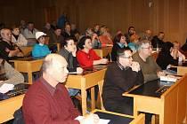 Na jednání na radnici dorazilo asi padesát lidí. V drtivé většině se jednalo o obyvatele Pětidomí.