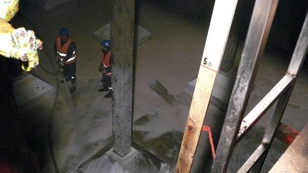V úterý vodohospodářská společnost 1. JVS začala s každoročním čistěním vodojemů, tentokrát na Hosíně. Pracovníci tak museli vodu v jedné z komor vypustit, pak vlézt dovnitř a tlakem vody stěny a dno komory ostříkat.