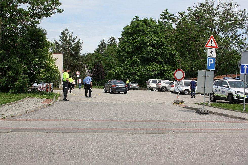 Místem, kam se pro budějovický správní obvod svážejí výsledky voleb, je tradičně Sportovní hala. Dopravu zde v sobotu odpoledne hlídala i městská policie, aby bylo dost míst pro přijíždějící zástupce okrskových volebních komisí.