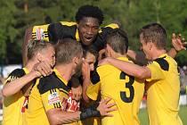 Ze šesti gólů se radovali fotbalisté Dynama na Soukeníku, pak tam slavili i postup do I. ligy.