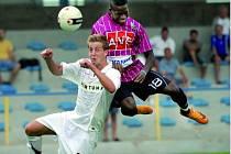Brazilec Fernand Hudson v sobotní generálce fotbalistů Dynama s rezervou pražské Sparty (2:0) v Písku patřil ve svém týmu k nejlepším: takto si vyskočil na sparťana Rostislava Nejepsu.