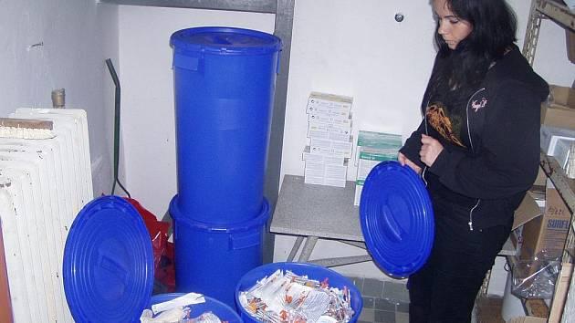 Sociální pracovnice Michaela Prokšová při výměně stříkaček.