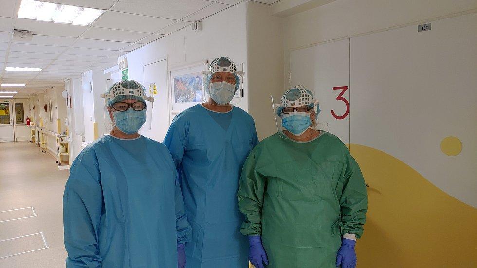 Tým zdravotníků infekčního oddělení českobudějovické nemocnice léčil nakažené koronavirem. Primářem infekčního oddělení českobudějovické nemocnice je Aleš Chrdle (na snímku uprostřed).