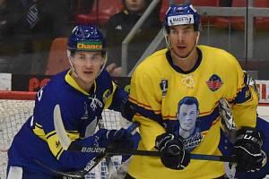 V rámci projektu Legenda legendám nastoupili hokejisté ČEZ Motoru ve speciálních dresech s podobiznou bývalého obránce Antonína Španingera. Na snímku je Jiří Šimánek (ve žlutém) v souboji s přerovským obráncem Martinem Weinholdem.