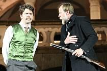 Jihočeské divadlo získalo z tržeb na otáčivém hledišti v roce 2015 sumu přesahující 31,5 milionu korun. Na snímku letošní novinka, Pes baskervillský, vlevo jako Watson Viktor Limr, vpravo jako Sherlock Holmes Karel Roden.