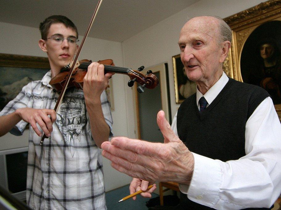 Ladislav Havel, jihočeská legenda, která naučila hrát na housle stovky žáků včetně Pavla Šporcla, slavil 22. května 2015 své 90. narozeniny. Na snímku s jedním z žáků.