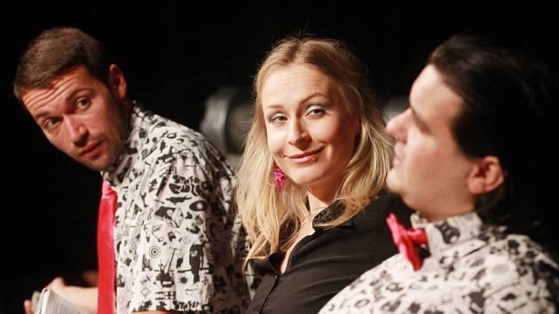 Projekt scénického čtení Listování oslavil 30. listopadu v Českých Budějovicích deset let. Na snímku zleva Lukáš Hejlík, Lenka Janíková a Alan Novotný.