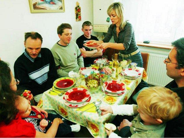 Rodina Oxany, Romana a malého Vasila Richohivských v Rožnově přivítala na nedělním obědě rodinu Vladimíra Odvářky,  jeho ženy Petry s osmiměsíčním Jonášem.