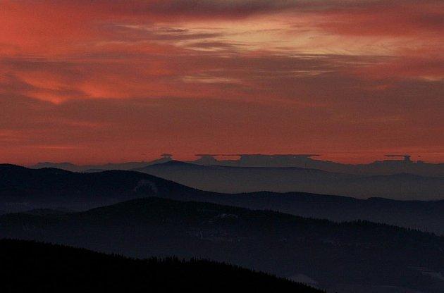 Svítání nad šumavskými a alpskými kopci z boubínské rozhledny.