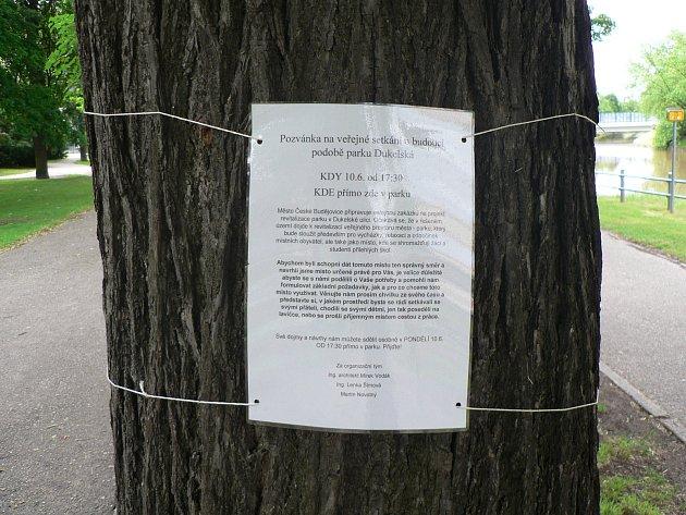 Park vbudějovické Dukelské ulici. Radnice chce uspořádat vroce 2019soutěž a najít možnou novou podobu lokality.