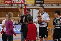 Trenér Petr Brom a kapitán Michal Sukuba (zleva s liberem  Davidem Juračkou) představili fanouškům trofeje za vítězství v Česko–Slovenském poháru.  Poté  před zaplněnou halou porazili Aero 3:0