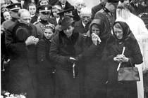 S Petrem Sládkem se přišla rozloučit celá vesnice. Na snímku jeho matka se sestrou.