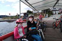 Pěší a cyklisty ve Frymburku převáží zatím malá loď Marta, jen je třeba mít nasazenou roušku a dodržovat odstupy.
