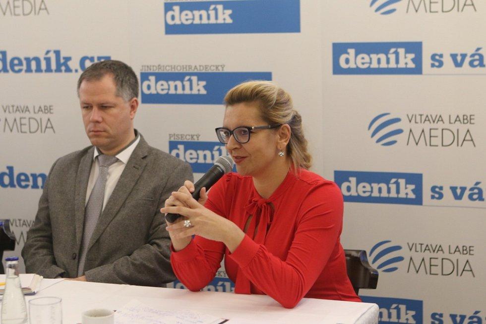 O nedostatku zaměstnanců technických oborů debatovali při úterním setkání s hejtmanem (zleva) Tomáš Machula, rektor Jihočeské univerzity v Českých Budějovicích a Lenka Vohradníková, ředitelka oblastní kanceláře Jihočeské hospodářské komory.