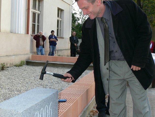 Architekt Jiří Kobira poklepává na základní kámen.