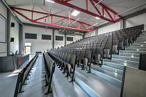 Prázdné posluchárny ale běžící výuka, to je v době koronaviru praxe mnoha vysokých škol. Na snímku posluchárna Vysoké školy technické a ekonomické v Českých Budějovicích.