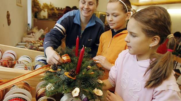 Kurzu Petry Baštýřové (zleva) se zúčastnily  dvanáctiletá Lucie Jirotková  a desetiletá Karolína Hásková.