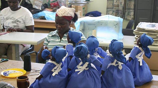 Chráněná dílna, kde se vyrábějí tradiční africké panenky, zaměstnává lidi poznamenané nemocí AIDS.