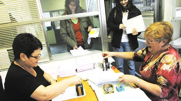 Stovky lidí nechávají odevzdání daňového přiznání na poslední chvíli, tak jako na finančním úřadě v Českých Budějovicích. Na snímku zpracovávají přiznání Štěpánka Haldová (vpravo) a Bohuslava Čížková.
