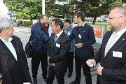 Lídři politických stran a hnutí nastupují do autobusu Deníku.