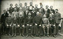 Na snímku III. ročník měšťanské chlapecké školy v Týně, rok 1918.