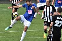 V derby se před týdnem fotbalisté Táborska a Dynama rozešli smírně 1:1 (na snímku táborský Navrátil odkopává před Grajciarem), v neděli hraje Dynamo doma se Znojmem (17) a Táborsko jede na Žižkov (10.15).