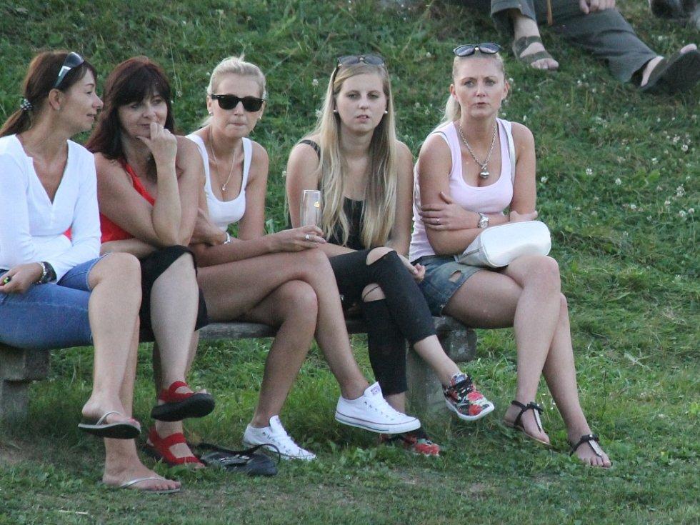 Dolní Bukovsko (bílé dresy) porazilo o pouti na svém hřišti Ratibořské Hory 1:0.